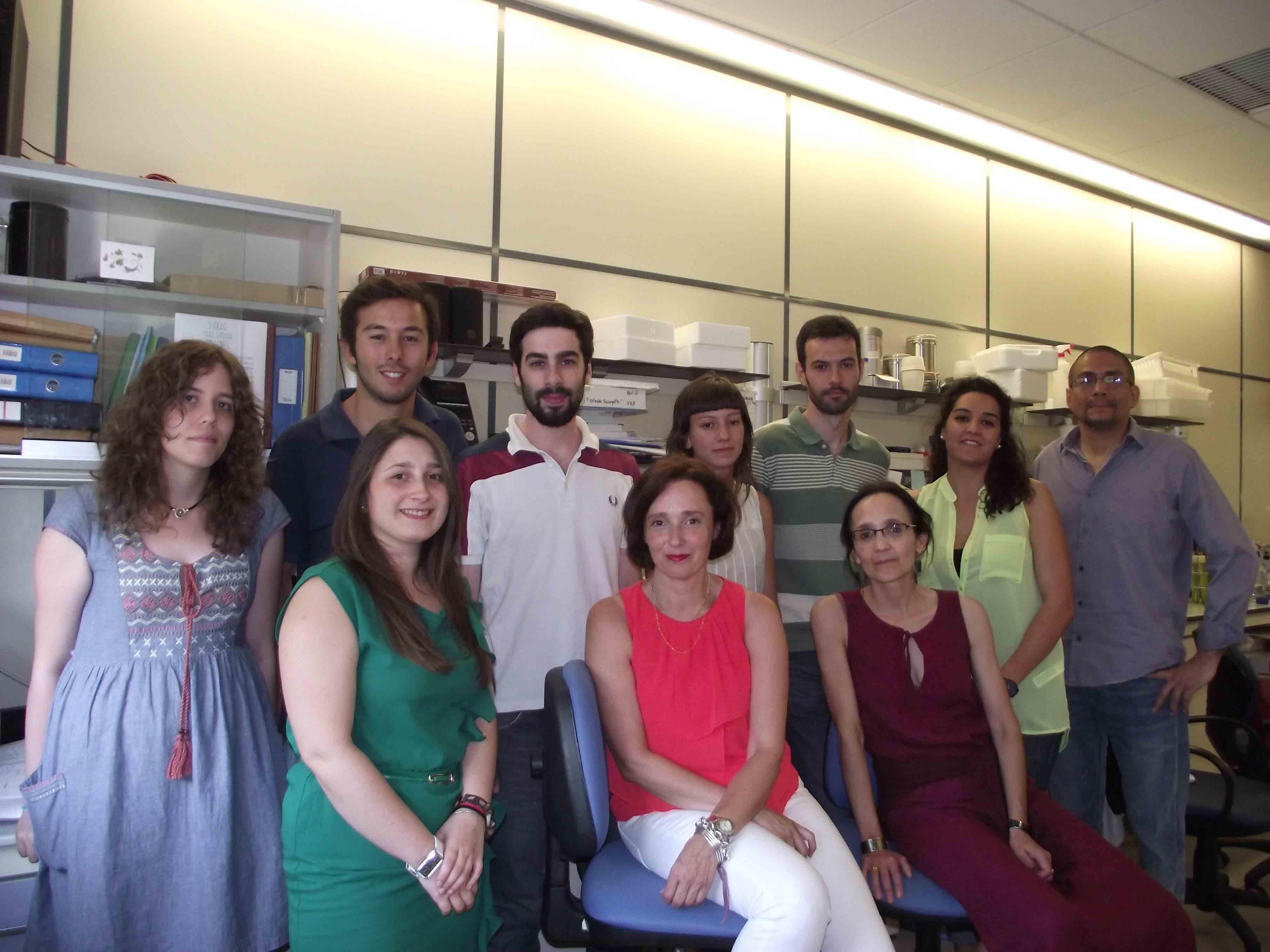 Grupo de Acuicultura e BIotecnoloxía Mariña da USC, coa profesora Ana Otero no centro.