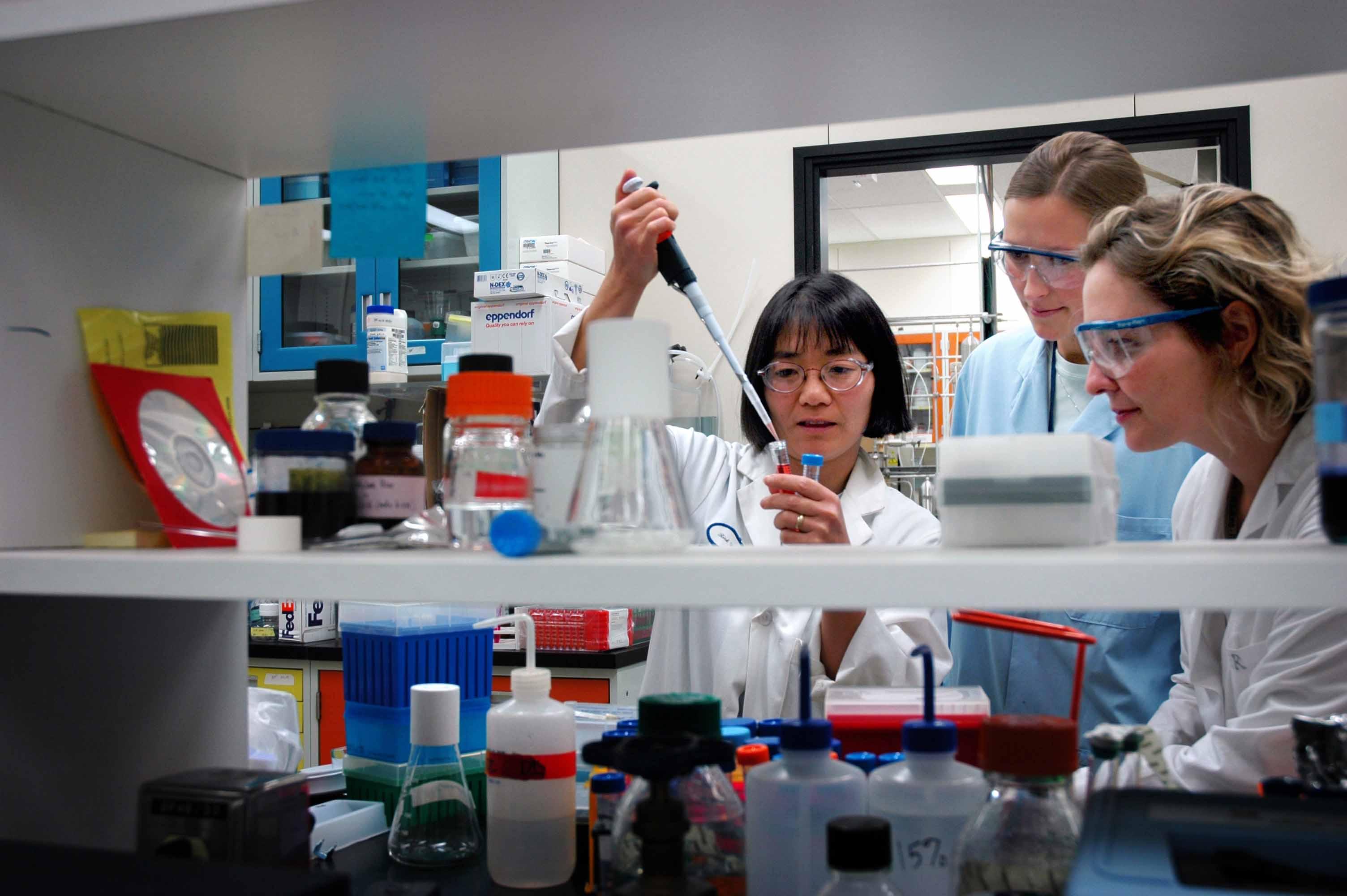 Científicas nun laboratorio.