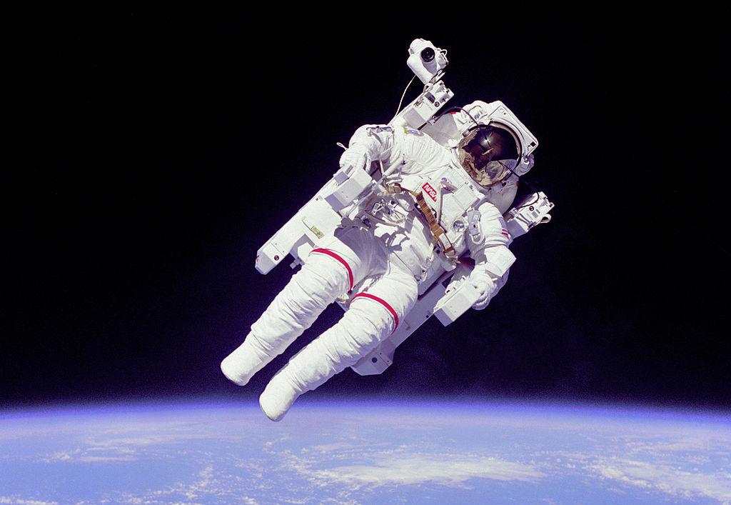 El astronauta Bruce McCandless se convirtió en un icono de la historia de la fotografía con este retrato de su paseo espacial autónomo. Se cumplen 30 años de los tres paseos que, en 1984, se realizaron con la Unidad de Maniobra Tripulada (MMU en sus siglas en inglés), que permitía desplazarse fuera del trasbordador espacial sin conexión alguna con la nave. Nitrógeno expulsado a alta presión era el combustible que permitía la movilidad. El alto riesgo de esta técnica la llevó al desuso. Pero la foto, que cumple tres décadas, es ya todo un símbolo del siglo XX.