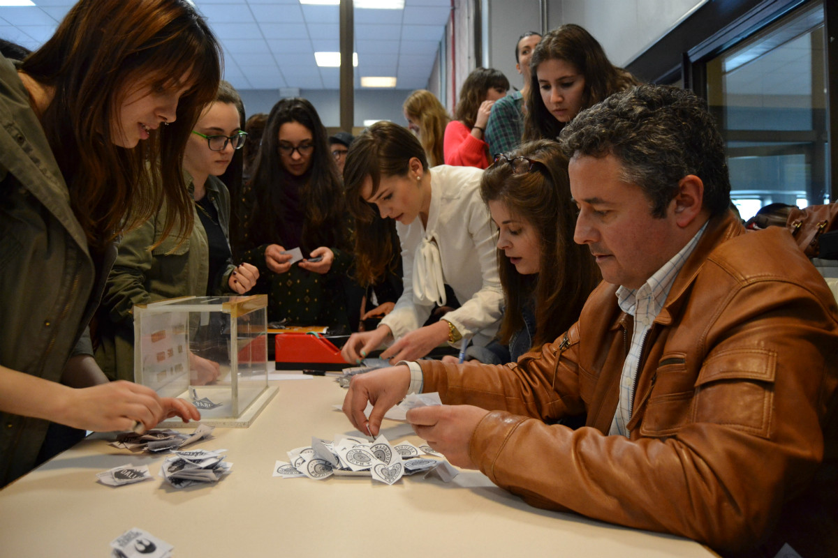 O profesor Rúas, durante o reconto de votos en Pontevedra.