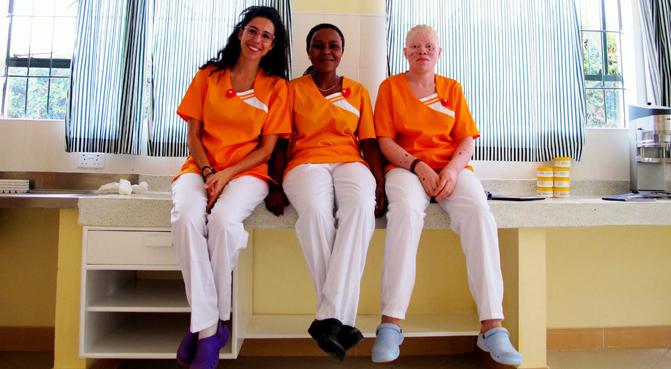 Mafalda Soto junto con una enfermera y una paciente en su unidad para albinos.