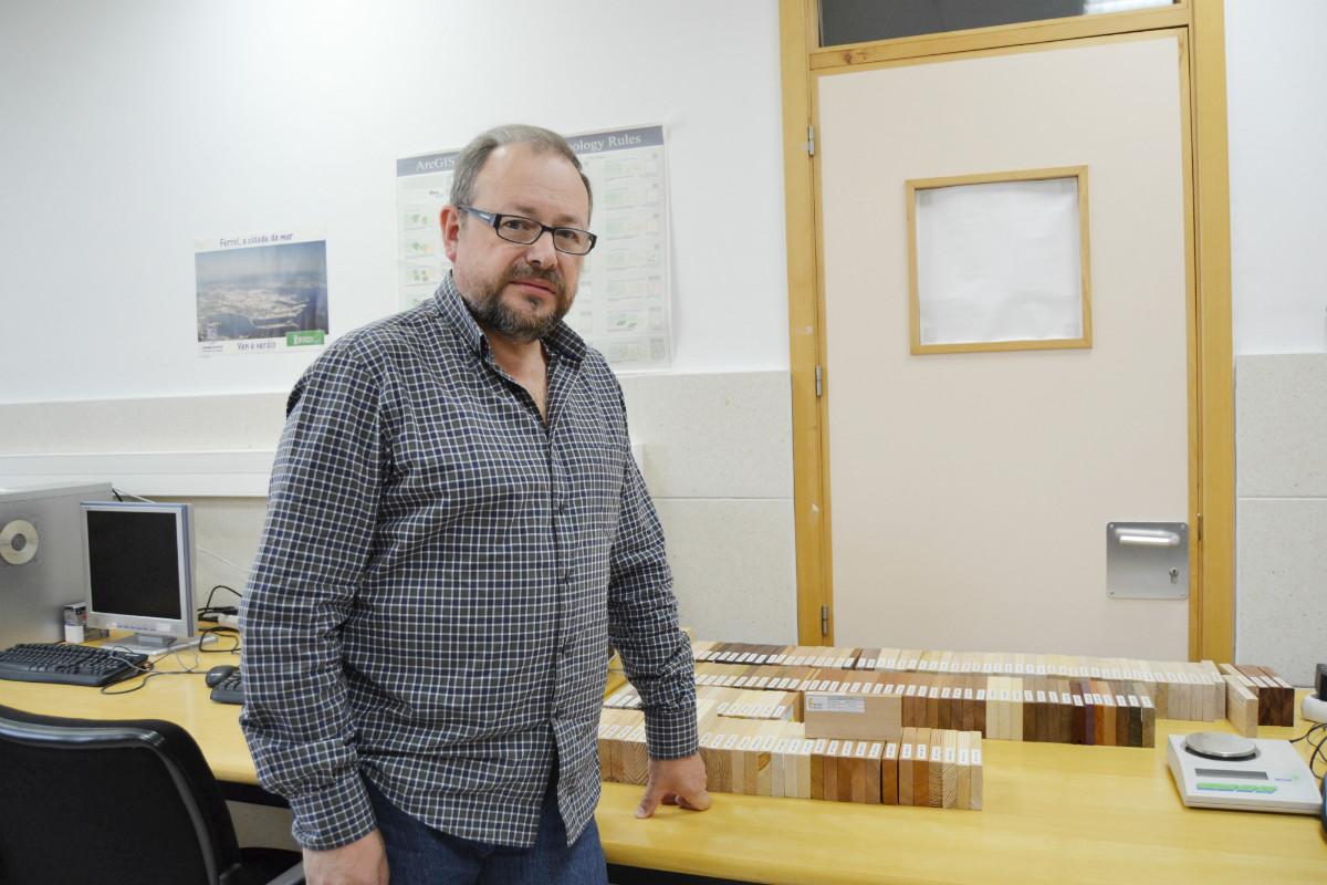 Luis Torres, o PAS que comezou a xiloteca de Forestais de Pontevedra.
