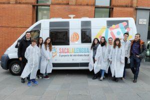 Alumnos coa unidade móbil de Saca la Lengua.
