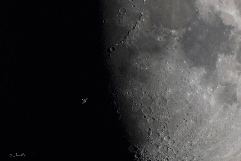 Estación Espacial Internacional. diante da Lúa