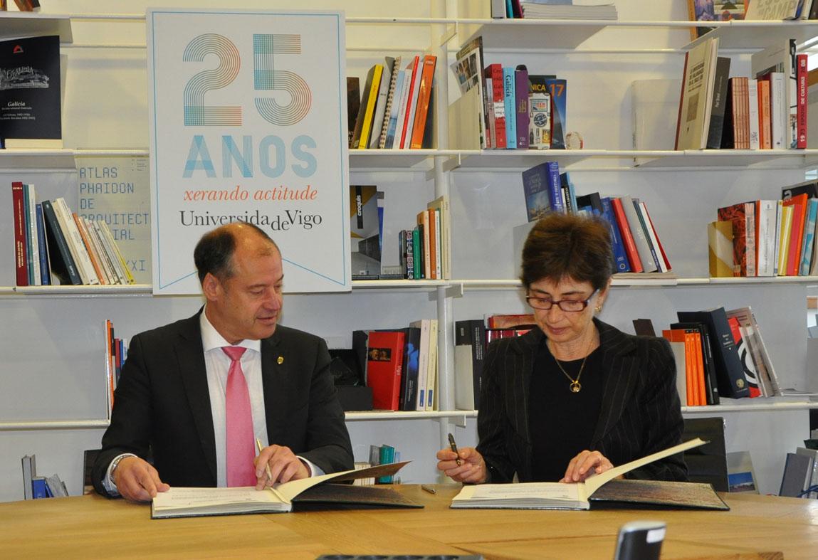 O reitor Salustiano Mato asina o convenio con Pilar del Río, da Fundación José Saramago.