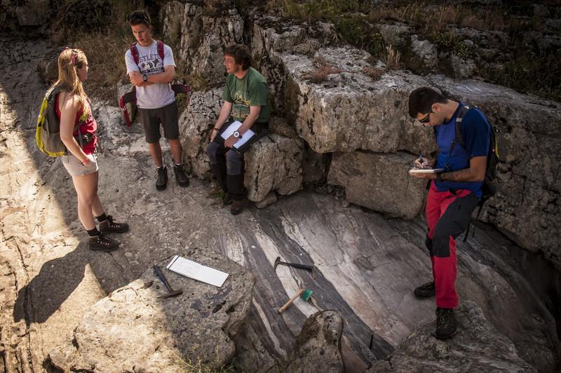 O equipo de xeólogos do proxecto traballando sobre o terreo. Foto: Universidade de Salamanca.