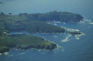 Os cantís no mar na costa de Oleiros.