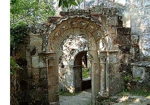Arco exento no mosteiro de Santa Cristina.