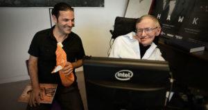 Edelstein con Stephen Hawking, con quen mantén amizade.