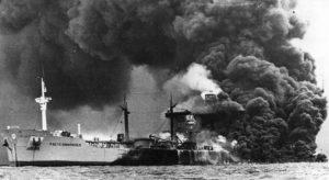 O buque provocou unha formidable nube de fume.