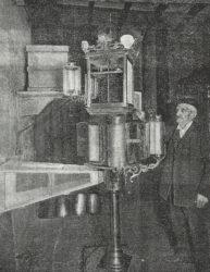 Sanjurjo Badía xunto ao invento da súa colmea.