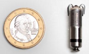 Tamaño do marcapasos e dunha moeda de euro.