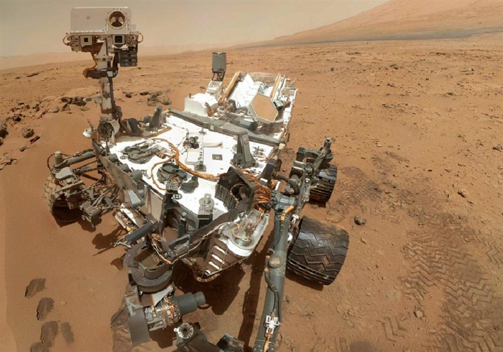 Hai tres anos, o 6 de agosto de 2012, o rover Curiosity da NASA aterrou sobre a superficie de Marte. Dende entón, e ao longo de case 11 quilómetros, non deixou de tomar datos cos seus dez instrumentos, un deles español: a estación ambiental REMS. Entre os descubrimentos da misión destaca a confirmación de que Marte tivo ingredientes esenciais para a vida, como auga -que discorría por antigas canles-, nitróxeno, osíxeno e carbono, ademais de atopar compostos orgánicos nas rochas. Curiosity tamén detectou metano na fina atmosfera marciana, e uns niveis de radiación que supoñen un risco para as tripulacións que se preparan para viaxar ao planeta vermello. De momento o rover segue operando no cráter Gale.