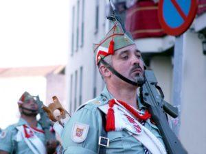 Un lexionario porta un Cetme L, o fusil de asalto do Exército Español.