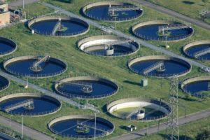 Imaxe dunha depuradora de augas residuais.