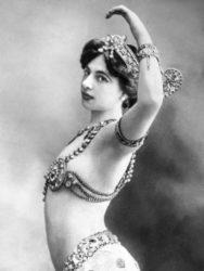 Mata Hari noutra estampa promocional do seu espectáculo.