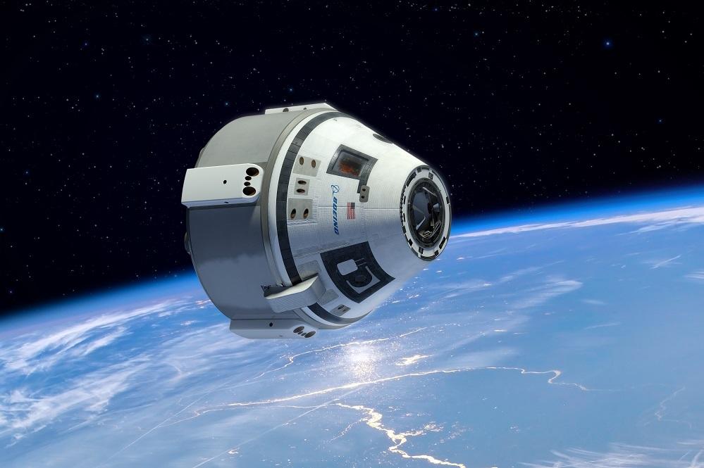 A NASA busca unha alternativa á súa dependencia da axencia espacial rusa para levar astronautas e subministros á Estación Espacial Internacional. E onte deu un paso adiante. Porque o xigante estadounidense Boeing presentou o Starliner, unha nova nave espacial de transporte que suma ao proxecto da empresa SpaceX, que desenvolve a súa nave SpaceDragon. O Starliner foi deseñado cun enfoque de voo automatizado, un funcionamento fiable que permitirá tamén voos privados a órbita terrestre baixa para experimentar a sensación única da ingravidez e levar turistas espaciais. Tanto o Starliner como o Dragon de Space X poderán transportar catro tripulantes e elevar a tripulación habitual da estación ata sete membros, co que medraría en 80 horas á semana o tempo para investigación no complexo orbital. O Starliner vai lanzarse dende o Complexo-41 de Estación da Forza Aérea de Cabo Canaval nun foguete Atlas V. As probas comezarán en 2016.
