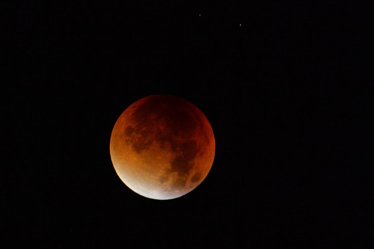A Lúa vermella sobre Salzsburgo (Austria). Foto: Getty.