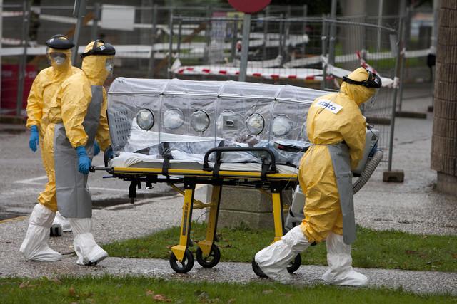 A comitiva sanitaria efectúa o traslado a Vigo do paciente con suposto caso de ébola.