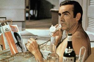 Sean Connery e o Martini, bebida clásica de James Bond.