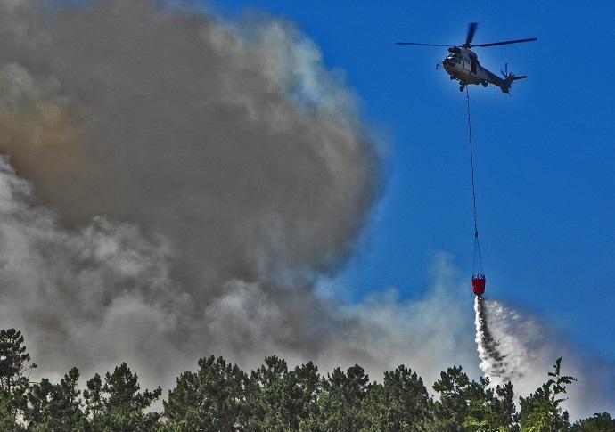 Un helicóptero contraincendios actúa contra un lume en Galicia.