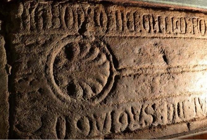 A lauda funeraria que sinala a Afonso de Melide.