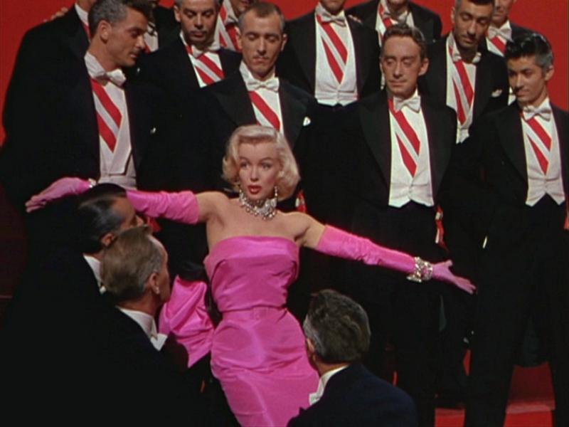 Un fotograma de 'Os cabaleiros prefírenas loiras', onde Marilyn amosa a súa aguda voz.