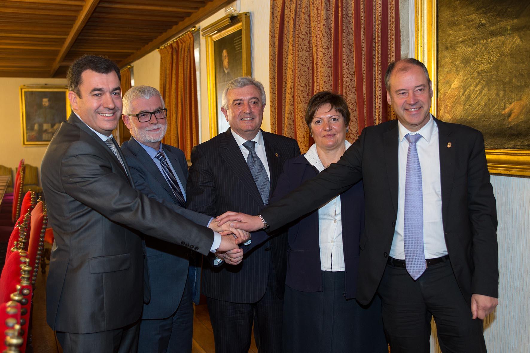 Os tres reitores, co conselleiro de Educación e a conselleira de Sanidade, tras asinar o acordo.