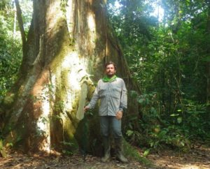 O investigador Adolfo Cordero, na selva amazónica do Perú.