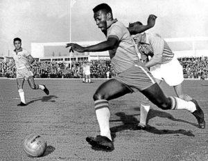 Pelé xogando no ano 1960.