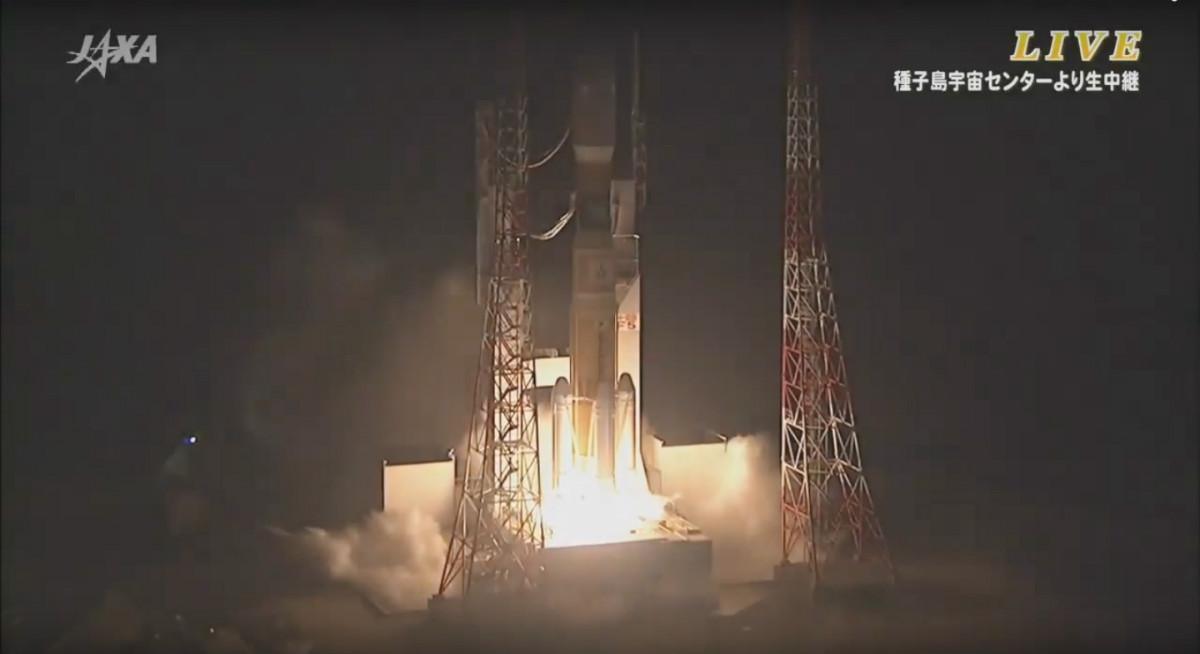 Momento do despegue do foguete H2A transportando o cargueiro Kounotori5 co Serpens a bordo.