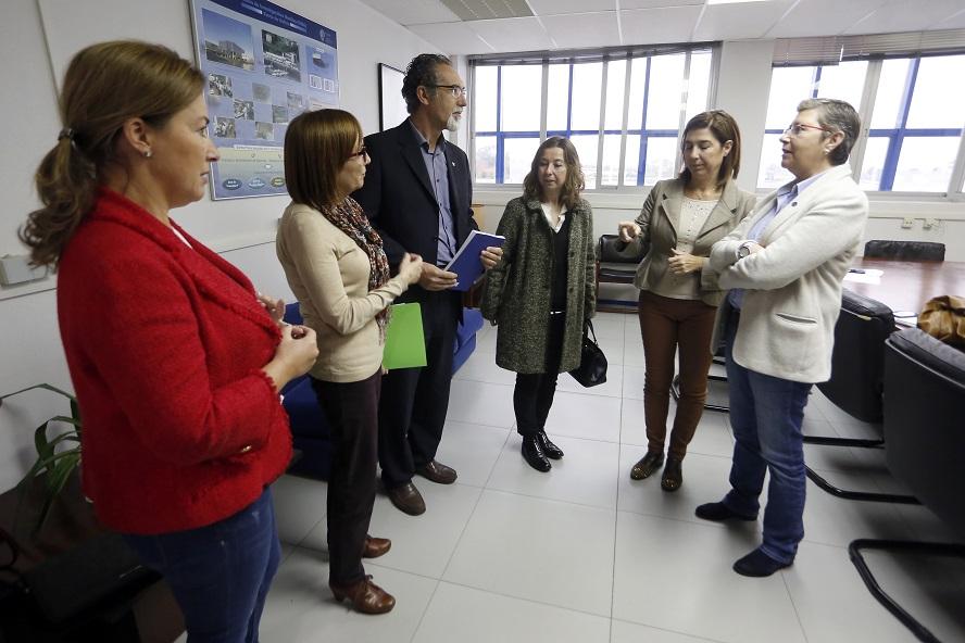 A conselleira Rosa Quintana con técnicos do CIMA en Vilanova de Arousa.