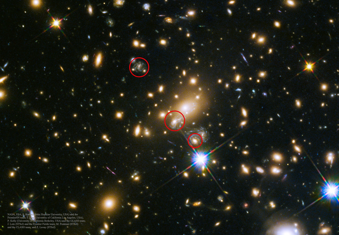Créditos da imaxe: NASA, ESA e S. Rodney (JHU) mailo equipo FrontierSN; T. Treu (UCLA), P. Kelly (UC Berkeley) mailo equipo GLASS; J. Lotz (STScI) e o equipo Frontier Fields; M. Postman (STScI) e o equipo CLASH; e Z. Levay (STScI)
