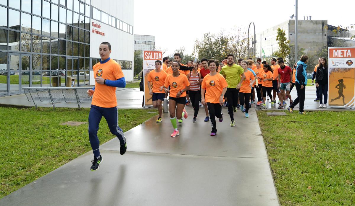 Participantes na carreira Beer Runners no campus de Pontevedra.