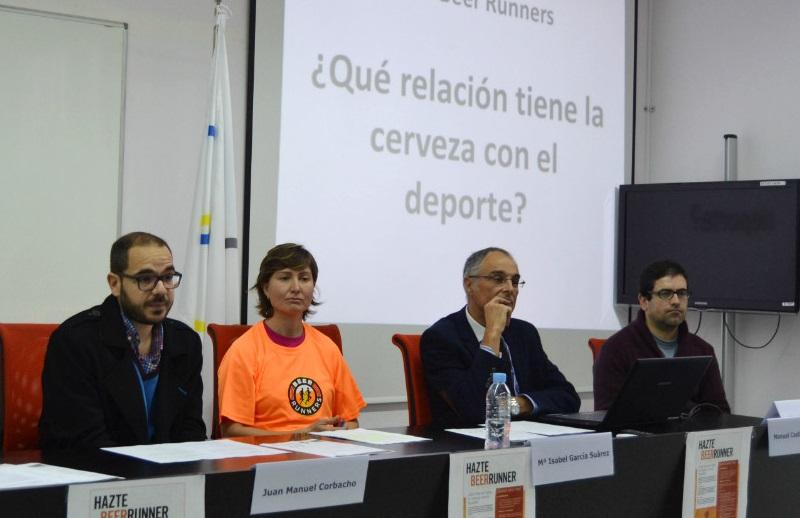 O catedrático Manuel Castillo, xunto a outros participantes do encontro en Pontevedra.