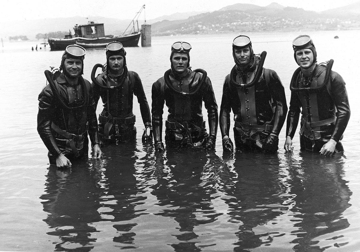 Robert Sténuit co seu equipo de mergulladores en Vigo, na década dos 50.