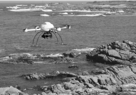 O dron na praia de Oia, en abril de 2013