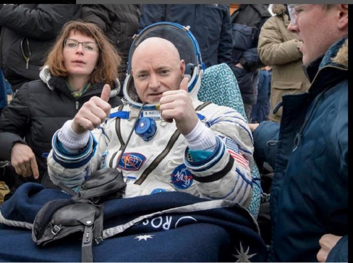 Kelly tras abandonar a nave Soyuz.