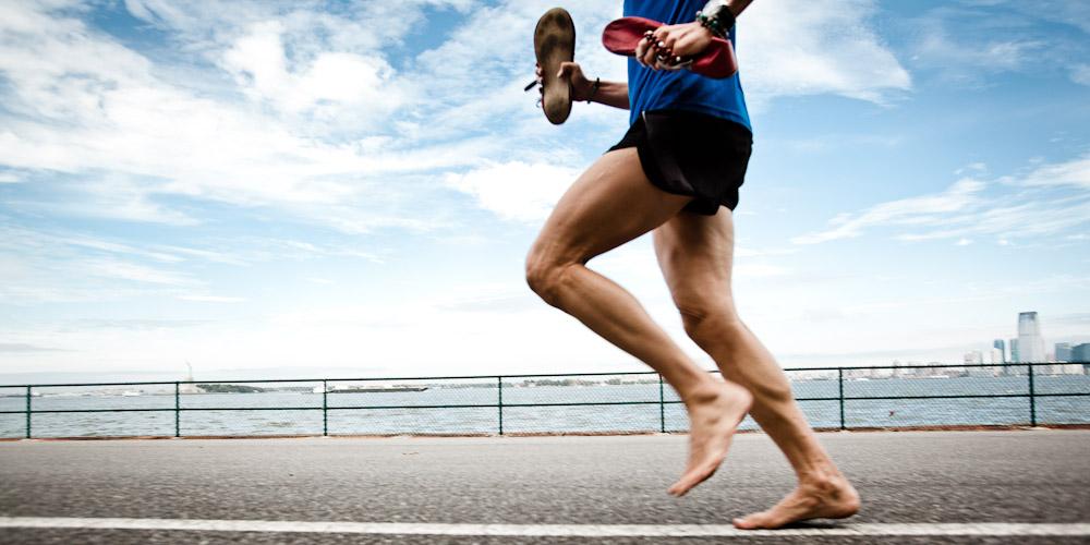 Correr descalzo optimiza a técnica e reduce o risco de lesións.