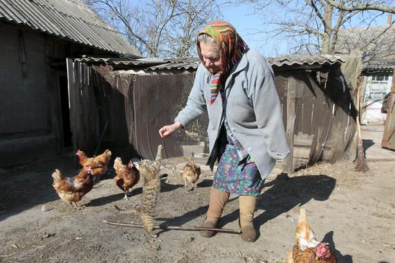 María Semenyuk xogaba cun gato preto da súa casa no pobo deserto de Patryshev, a 25 km da central nuclear de Chernóbil. / Imaxe: EPA / SERGUÉI Dolzhenko.