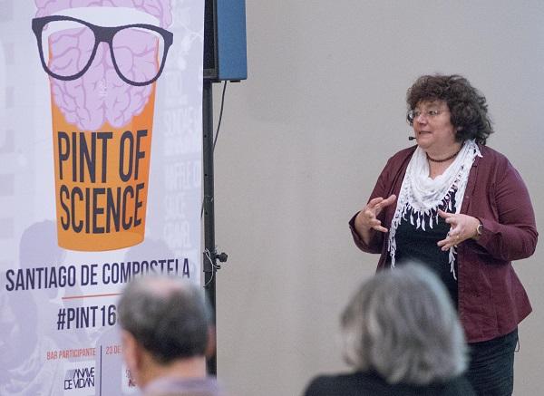 África González, nunha charla de Pint of Science.