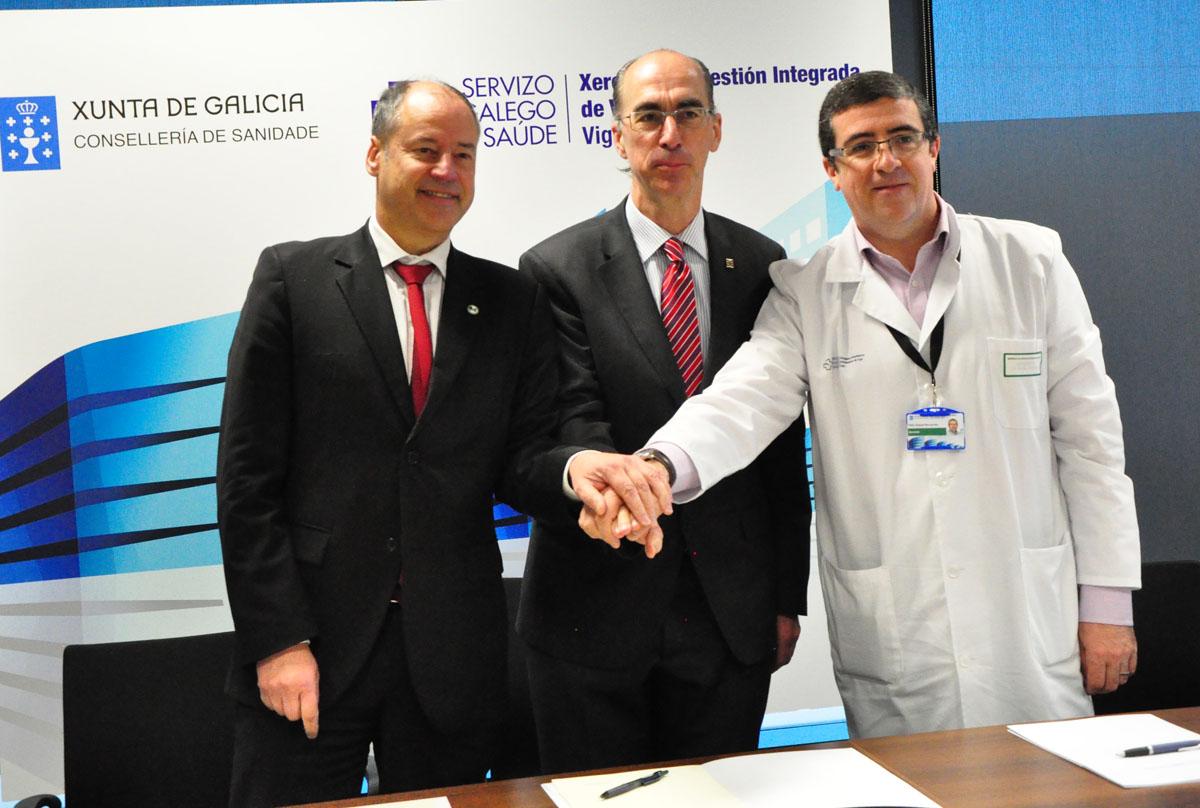 Salustiano Mato, Jesús Vázquez Almuiña e Felix Rubial intres despois de asinar o convenio.