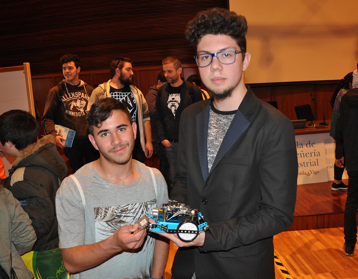 David Vega e Adrián Vázquez co seu robot: Furoca.