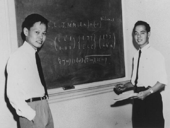 Chen Ning Yang, xunto ao seu colega Lee, gañadores do Nobel de Física en 1957.