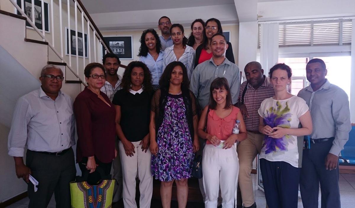Imaxe de familia dunha das xuntanzas mantidas na Universidade de Cabo Verde con representantes do mundo académico e empresarial.