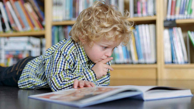 Os nenos que medran entre libros gañan máis diñeiro de maiores.