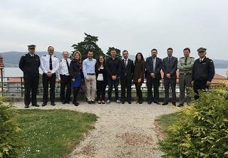 Foto de familia dos representantes da Armada Española e da Universidade de Vigo, na entrega do radar.