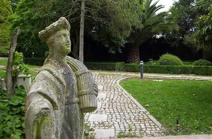 Estatua alegórica do verán á beira do estanque do pazo de Lóngora (Liáns, Oleiros).