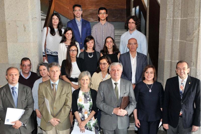 Os autores dos proxectos premiados, co reitor Juan Viaño. Foto: Santi Alvite.