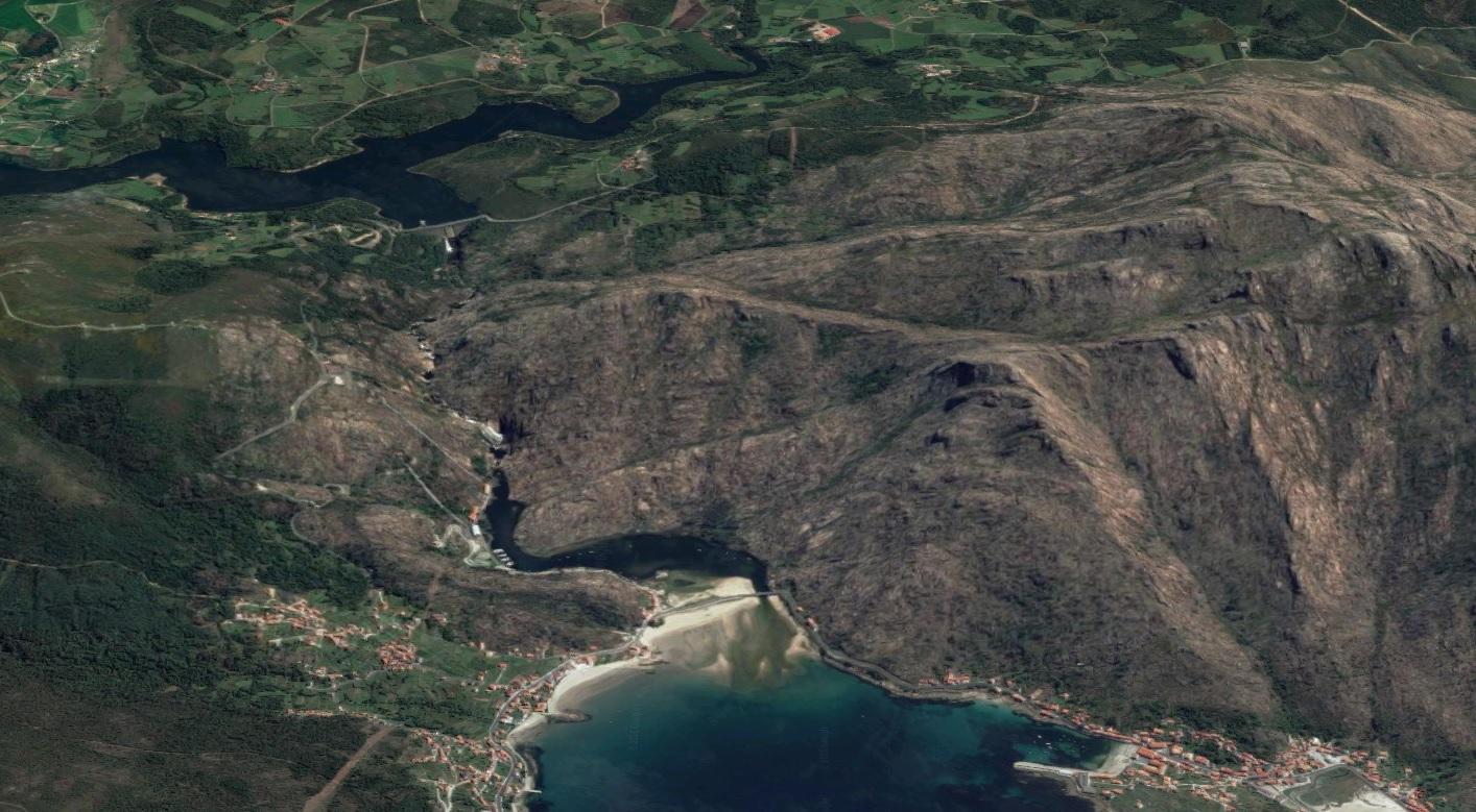 Vista aérea do último tramo do río Xallas, entre o encoro de Santa Uxía e O Ézaro, incluída a fervenza.